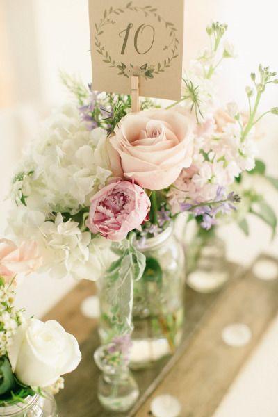 10 façons d'utiliser la pince à linge en bois dans votre décoration de mariage. Numéro de table et centre de table fleuri #mariage #centredetable