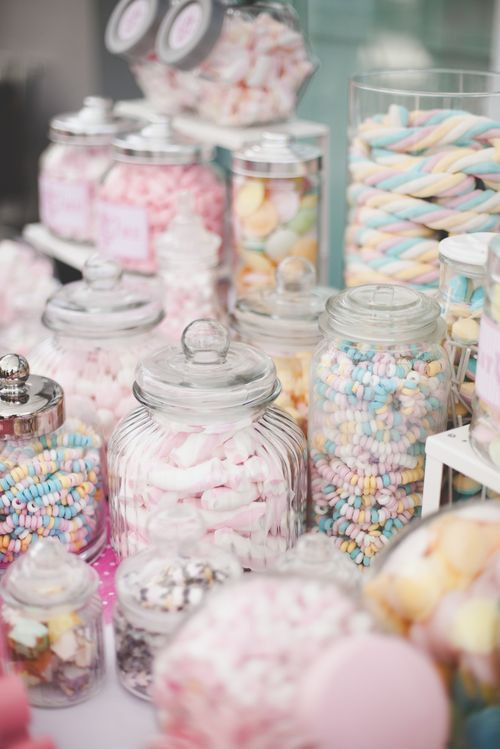 15 idées pour occuper les enfants le jour de votre mariage. Proposez-leur un bar à bonbon.