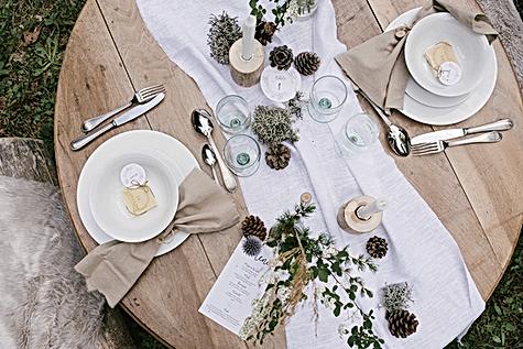 table mariage zéro déchet : menu, numéro de table et étiquettes de la collection feuillage imprimés sur du papier ensemencé. Photo : Lisebery