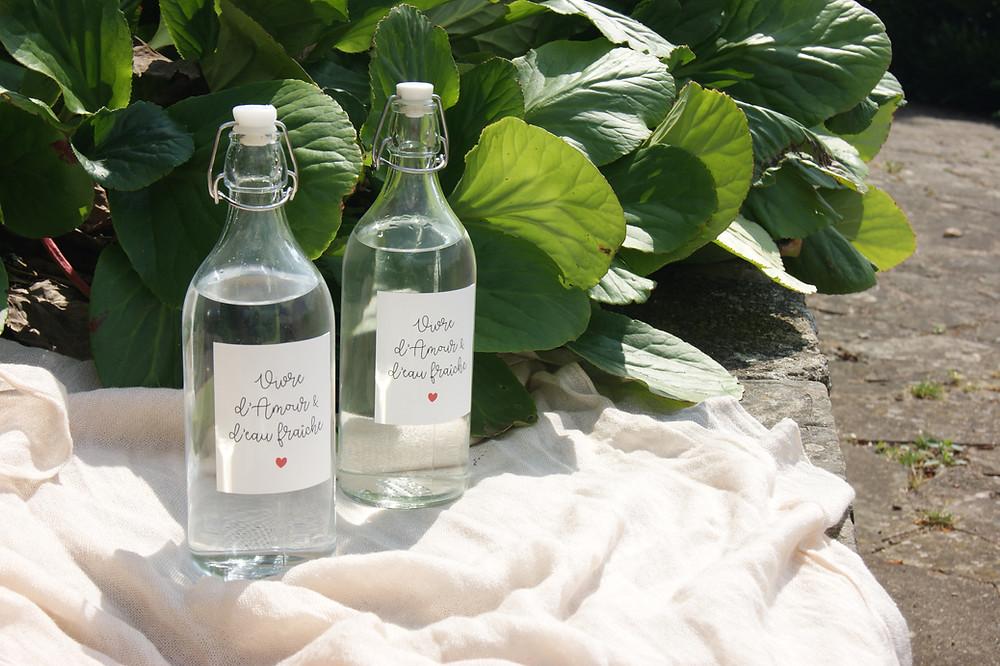 """bouteilles d'eau en verre et étiquette """"vivre d'amour et d'eau fraîche"""" imprimables"""