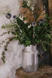 pot à lait vase, fleurs locales sauvage cueillies dans la nature