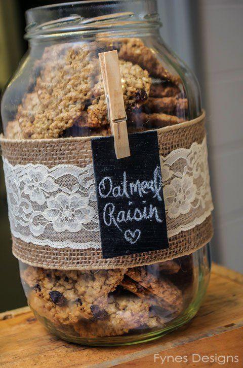 10 façons d'utiliser la pince à linge en bois dans votre décoration de mariage. Bar à bonbons / cookies