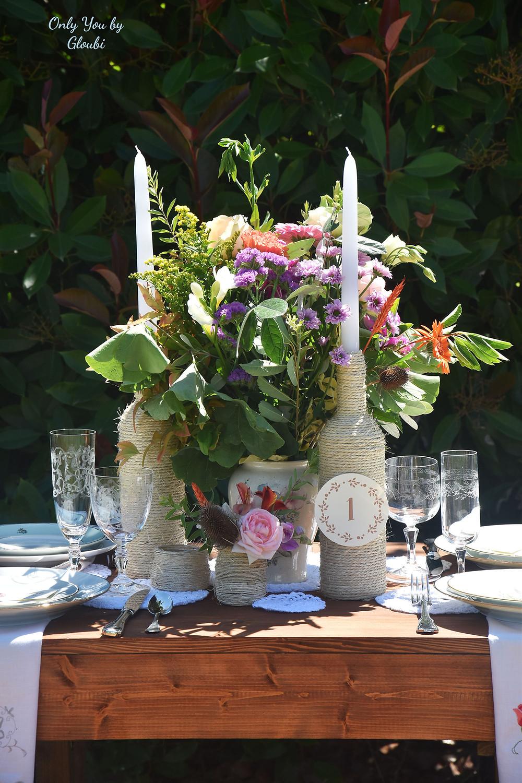 15 DIY mariage avec des bouteilles et pots en verre récupérés, pour un beau mariage écologique à petit budget. Centre de table champêtre et romantique. Crédit photo : Only you by Gloubi