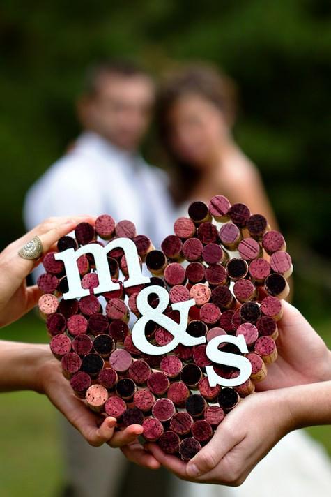 coeur formé avec des bouchon de vin rouge récupérés