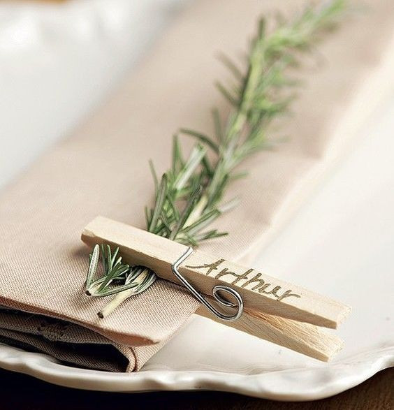 10 façons d'utiliser la pince à linge en bois dans votre décoration de mariage. Marque place pince à linge. #décomariage #marqueplace