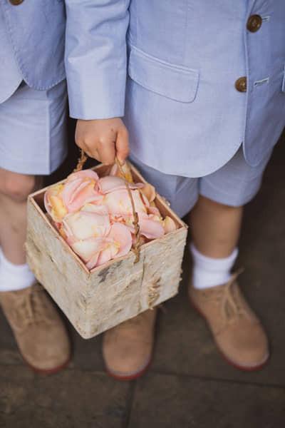 15 idées pour occuper les enfants le jour de votre mariage. demandez-leur de distribuer les confettis à la sortie de la cérémonie.