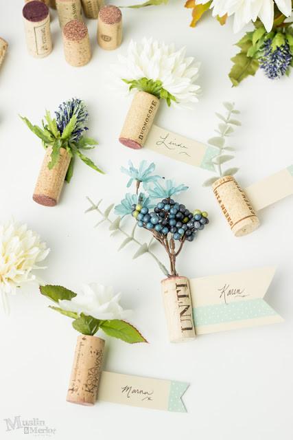 DIY marque place en bouchon de liège avec des fleurs