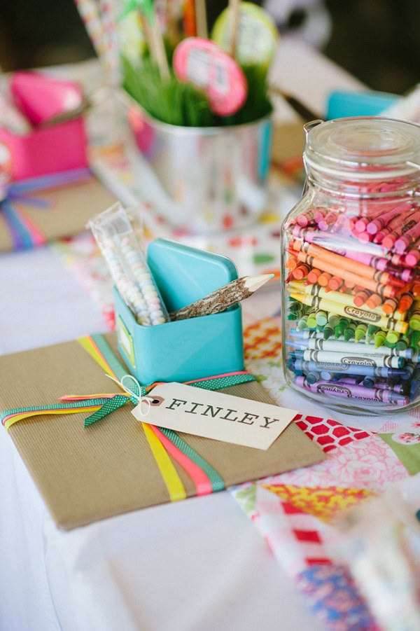 15 idées pour occuper les enfants le jour de votre mariage. Préparer une table avec des activités et des jeux juste pour eux.