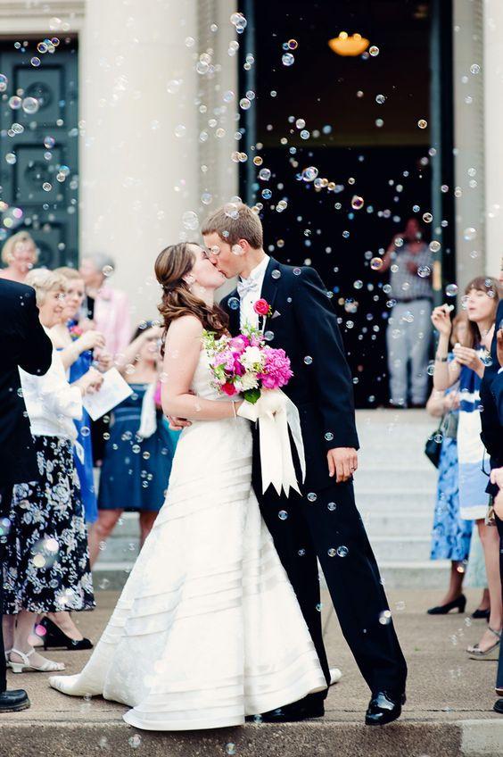 15 idées pour occuper les enfants le jour de votre mariage. Proposez-leur de faire des bulles de savons à la sortie de la mairie.