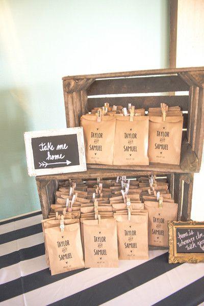 10 façons d'utiliser la pince à linge en bois dans votre décoration de mariage. Cadeaux aux invités mariage sachet kraft. #cadeauinvité #mariage
