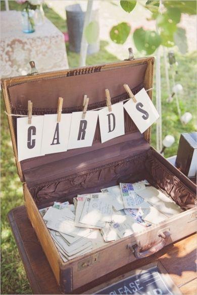 10 façons d'utiliser la pince à linge en bois dans votre décoration de mariage. Urne de mariage valise vintage. #mariage #urne #pincealinge