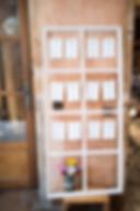 """Plan de table DIY cadre de fenêtre en bois, carte """"plan de table"""" personnalisées à imprimer soi-même My own printale design. Photo : Bon Mariage"""