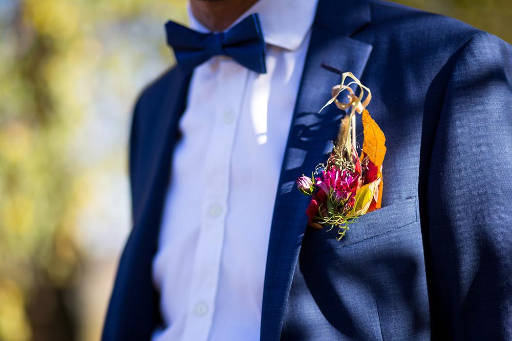 """boutonnière """"poche fleurie"""" du marié pour un mariage zéro déchet"""