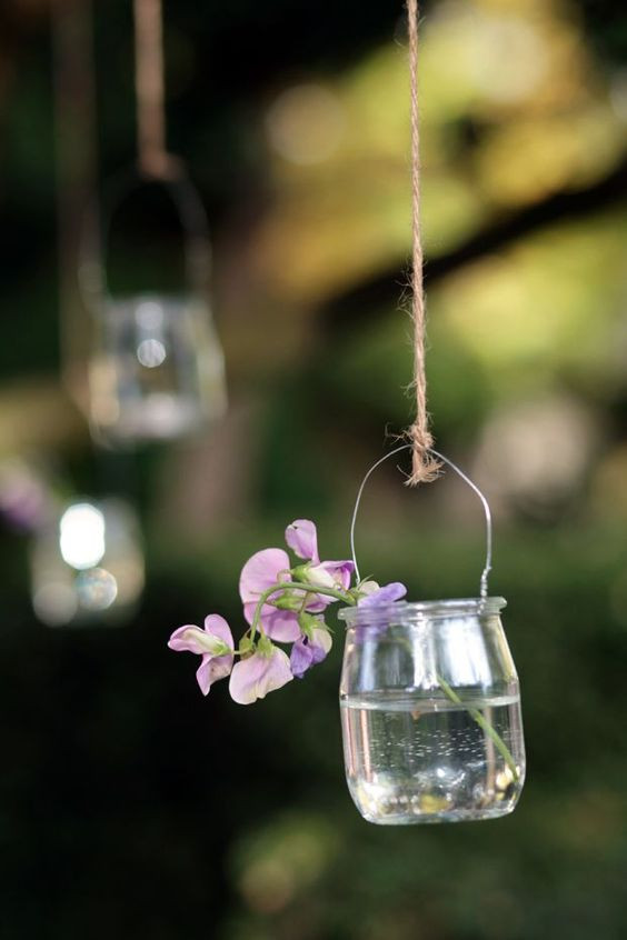 15 DIY mariage avec des bouteilles et pots en verre récupérés, pour un beau mariage écologique à petit budget. Déco mariage : suspension à fabriquer soi-même à partir de pots de yaourt en verre. Crédit photo : Elodie Charbrier