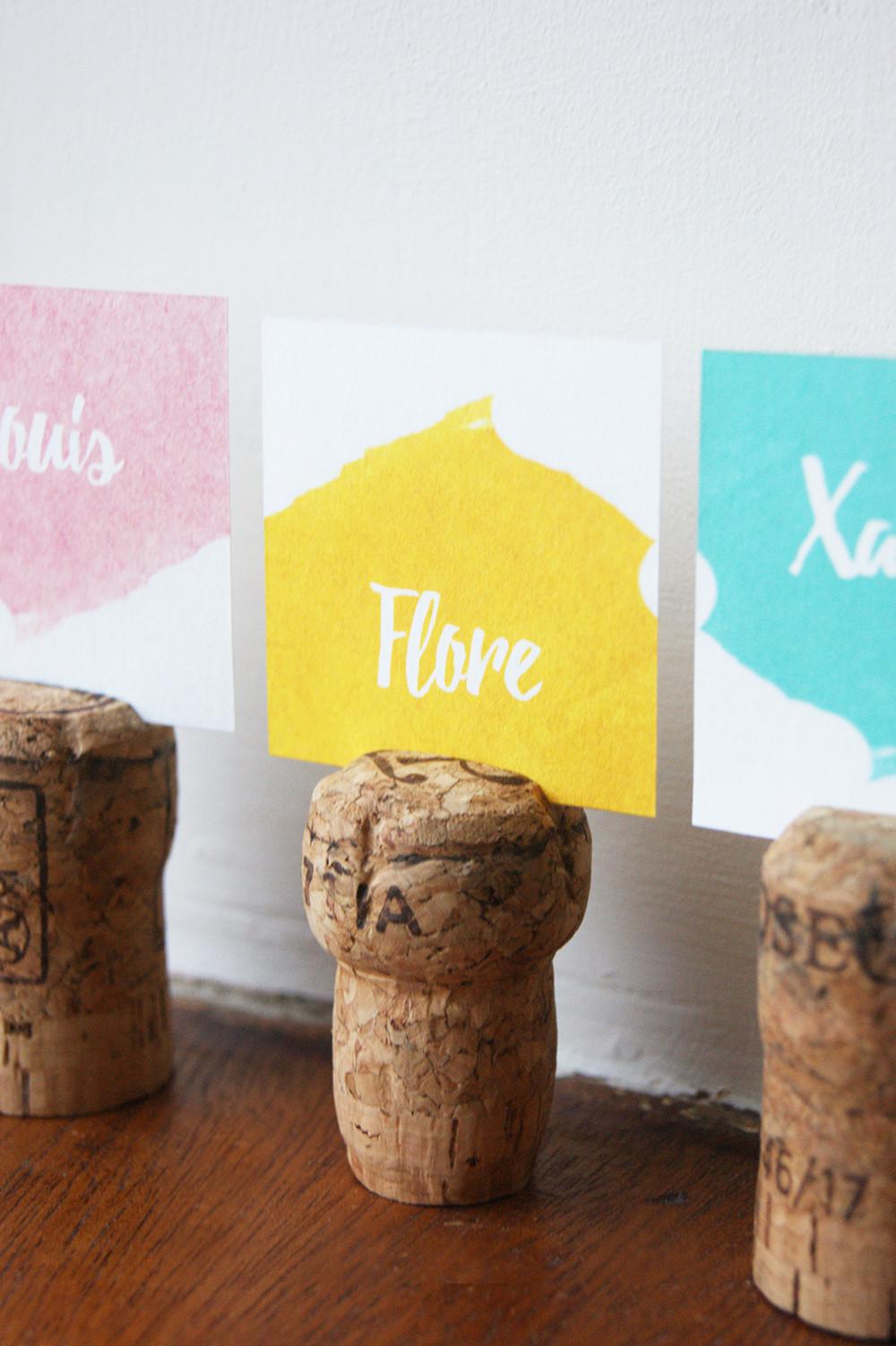 Marque place fabriqué à partir de bouchon de champagne en liège. Design : My own printable design collection pop love pour un mariage coloré !