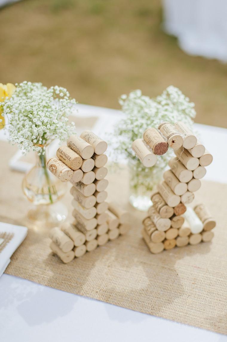 Numéros de tables en bouchon en liège pour une déco de mariage éco-responsable