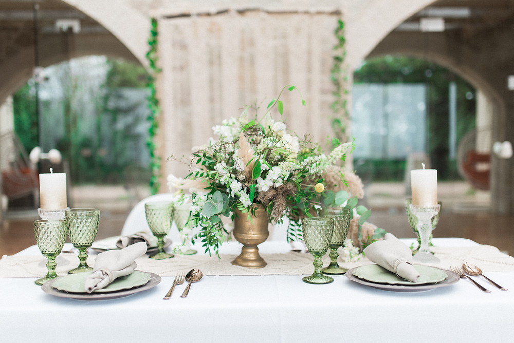 Art de la table : centre de table, jolie vaisselle et bougie