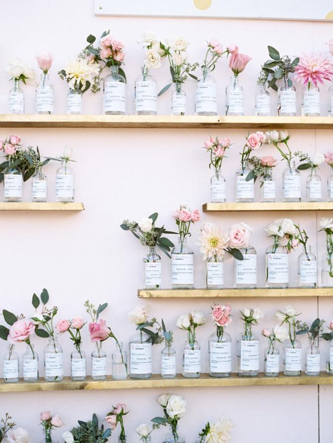 15 DIY mariage avec des bouteilles et pots en verre récupérés, pour un beau mariage écologique à petit budget. Plan de table dans les tons pastels, champêtre, bohème et fleuri réalisé avec des flacons en verre récupérés. Crédit photo : Braedon Photography