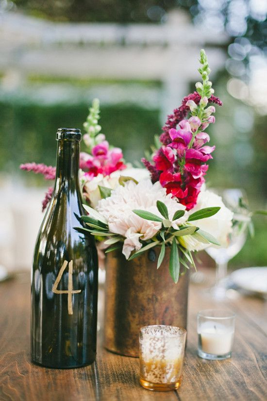 15 DIY mariage avec des bouteilles et pots en verre récupérés, pour un beau mariage écologique à petit budget. Numéro de table à fabriquer soi-même sur une bouteille de vin pour un centre de table de mariage original. Crédit photo : One love photography