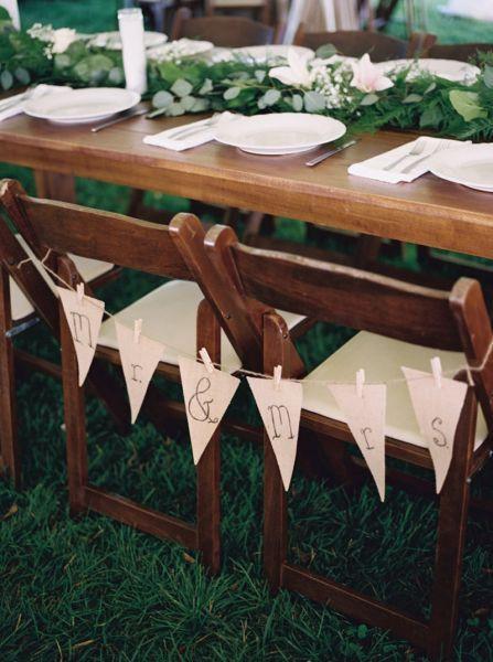 10 façons d'utiliser la pince à linge en bois dans votre décoration de mariage. Banderole faite de fanions Mr & Mrs. #décomariage #guinguette #fanion