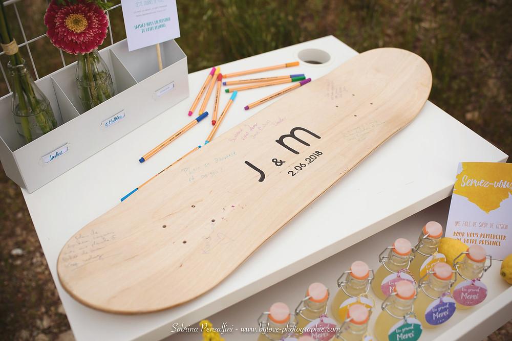 livre d'or planche de skateboard et fioles de sirop de citron (cadeaux aux invités)