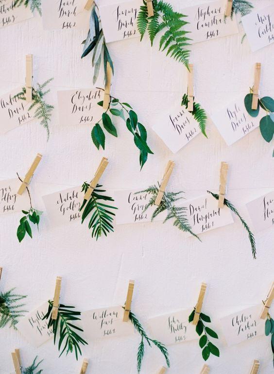 10 façons d'utiliser la pince à linge en bois dans votre décoration de mariage. Escort cards végétales, pince à linge et feuilles pour un mariage écolo et végétal. #escordcards #mariage #greenery