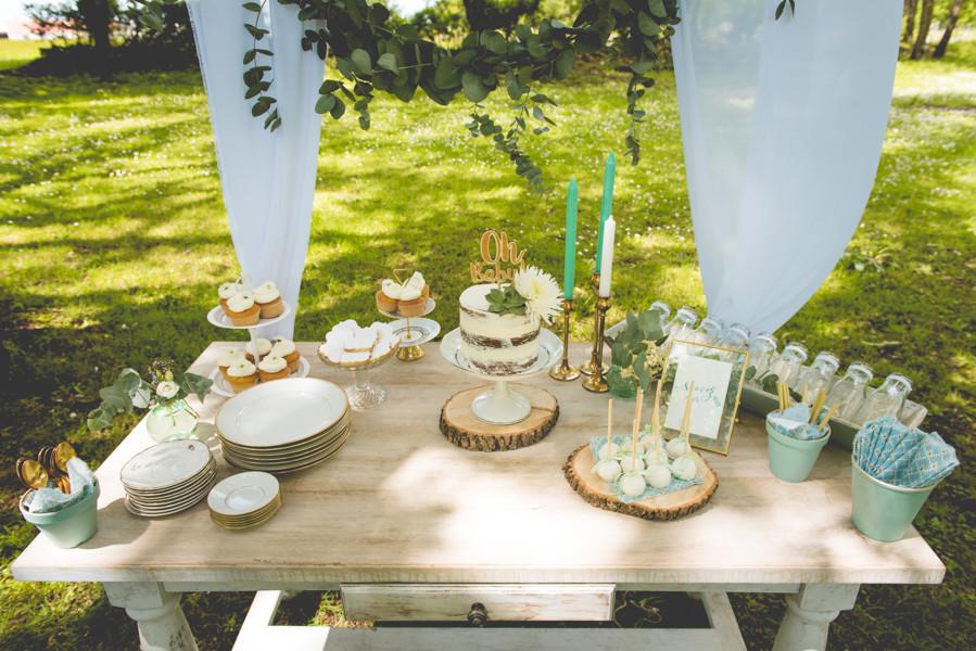 La baby shower douce & végétale de Jessica. Sweet table : naked cake, muffin, biscuit, pop cakes. Crédit photo : Magali Boyer. #babyshower #écoresponsable #végétale #futuremaman