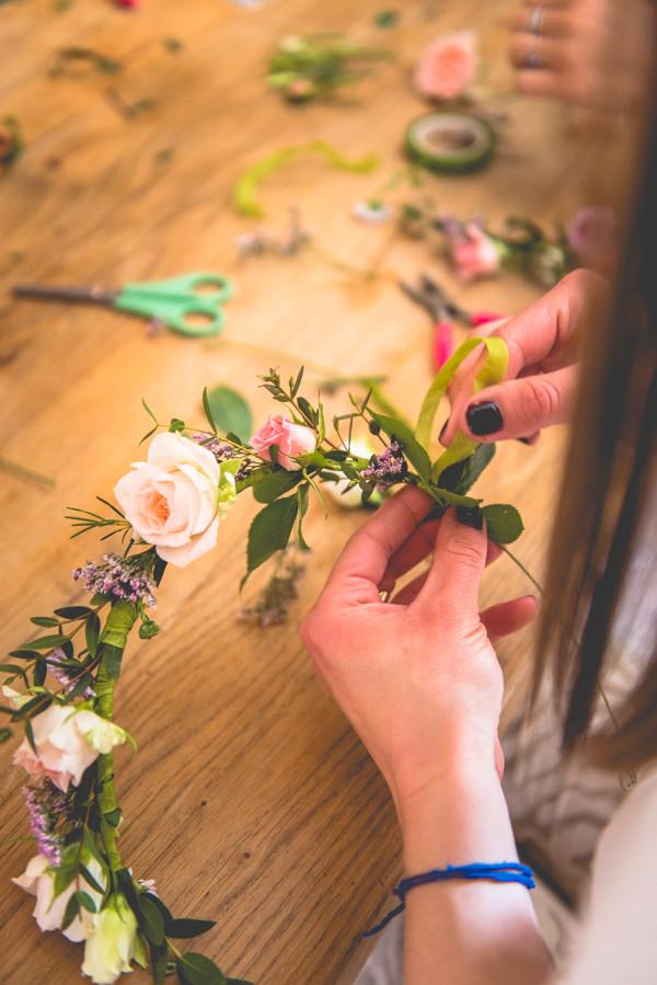 La baby shower douce & végétale de Jessica. Atelier couronne de fleurs. Crédit photo : Magali Boyer. #babyshower #écoresponsable #végétale #futuremaman