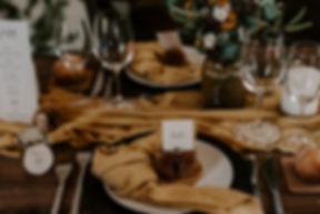 Décoration d'une table de mariage avec les marques places, les étiquettes et le menu de la collection délicatesse de My own printable design. Crédit photo : The lovers