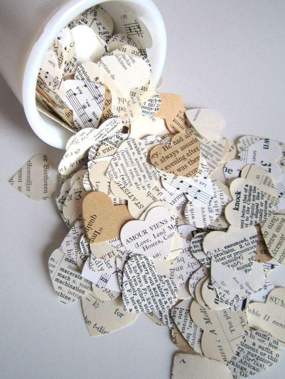 confettis en papier upcyclé avec des textes ou des partitions de musique