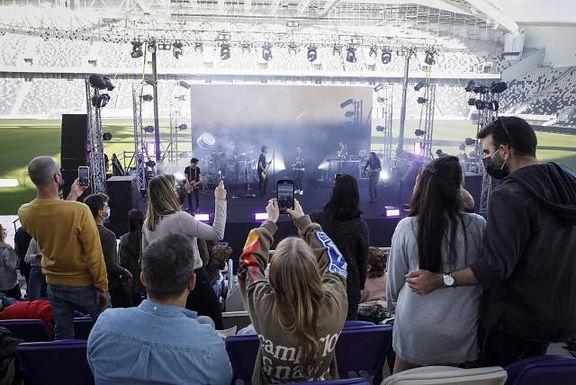 Israel realiza primer concierto al aire libre para espectadores vacunados contra Covid-19