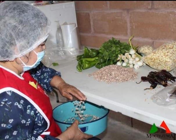 Brindan alimentos a los más necesitados en Moctezuma