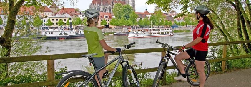 Viele beliebte Radfernwege führen durch die UNESCO - Welterbestadt Regensburg