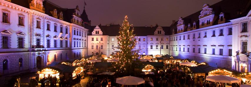 Die Romantische Weihnachtsmarkt auf Schloss Thurn und Taxis zieht jährlich viele Touristen nach Regensburg.