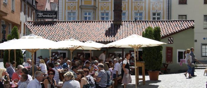 Im Sommer bei herrlichem Wetter die Speisen der historischen Wurstkuchl genießen!