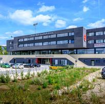 Sportinternat Haupteingang und Parkplatz