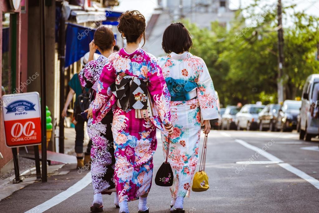 depositphotos_106153606-stock-photo-japanese-women-in-traditional-kimono