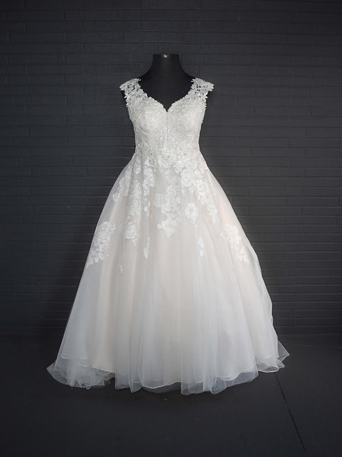 Ivory Lace Wedding Gown - Size 18