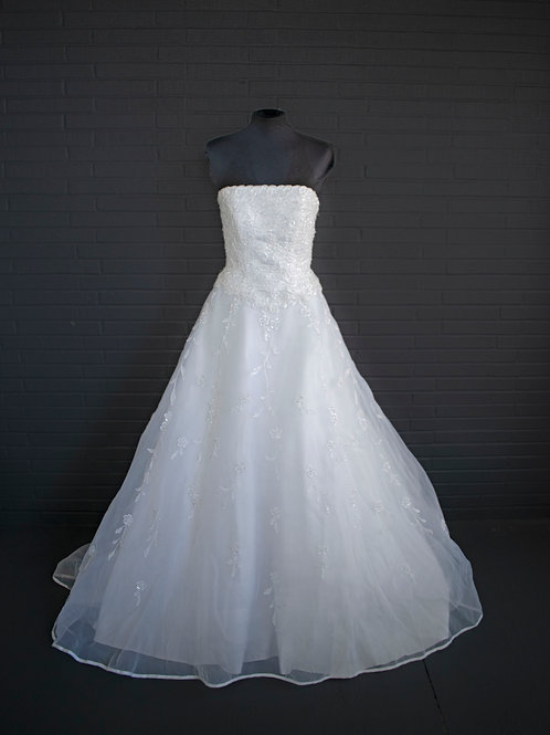 White Lace Wedding Gown - Size 6 Petite