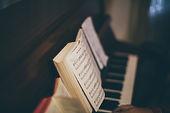 Partitura sobre el piano