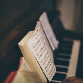 Noten über Klavier