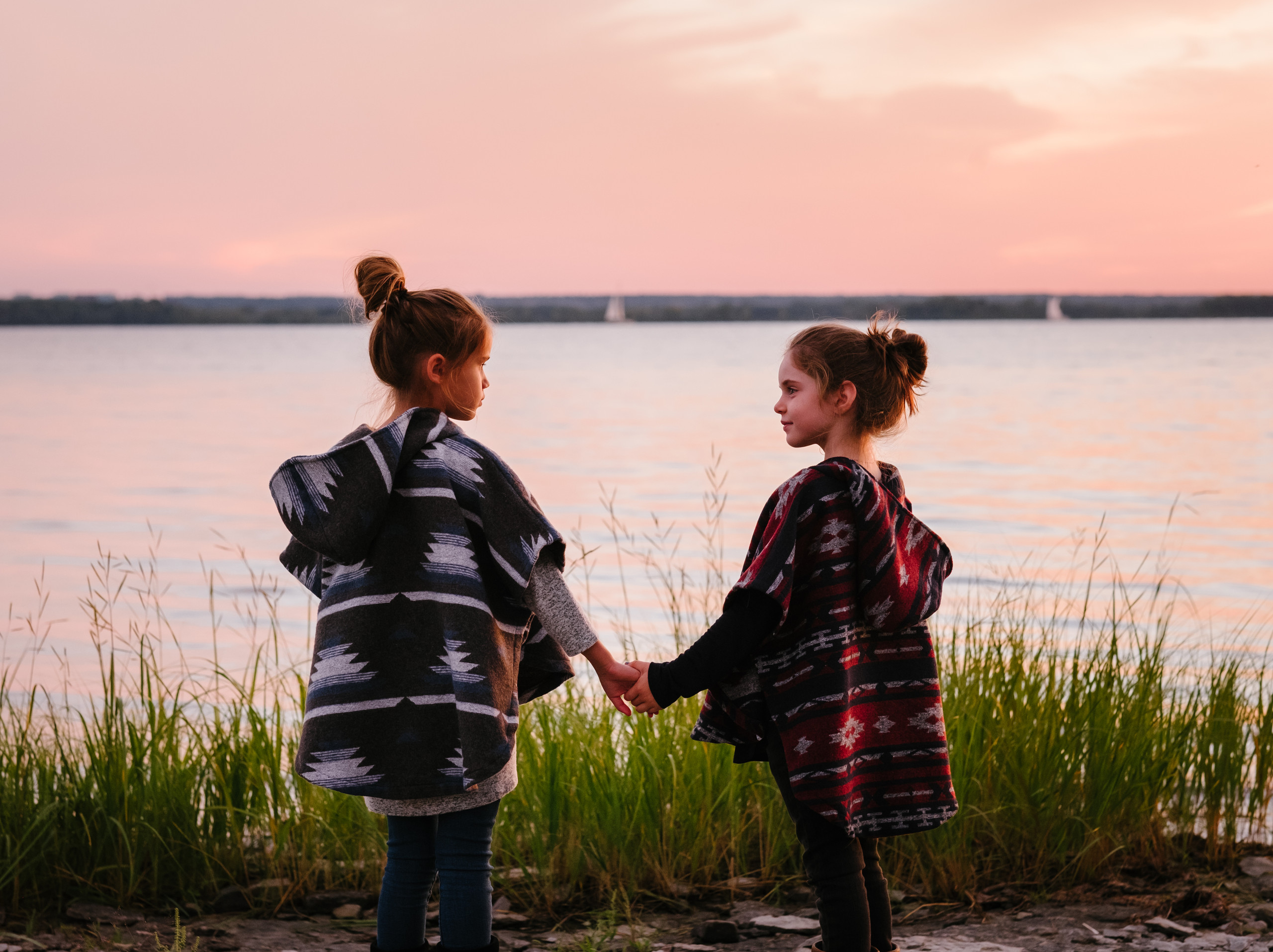 Ottawa Gatineau branding photographer Melanie Mathieu captures two models during branding and lifestyle photography session with Mini Tipi in Aylmer Gatineau QC. Two models wearing Mini Tipi ponchos during photography session at the beach in Aylmer QC.