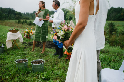 Gatineau farm outdoor wedding ceremony. Photo by Melanie Mathieu Photography, Melanie is a lifestyle and candid wedding photographer in Ottawa Gatineau.