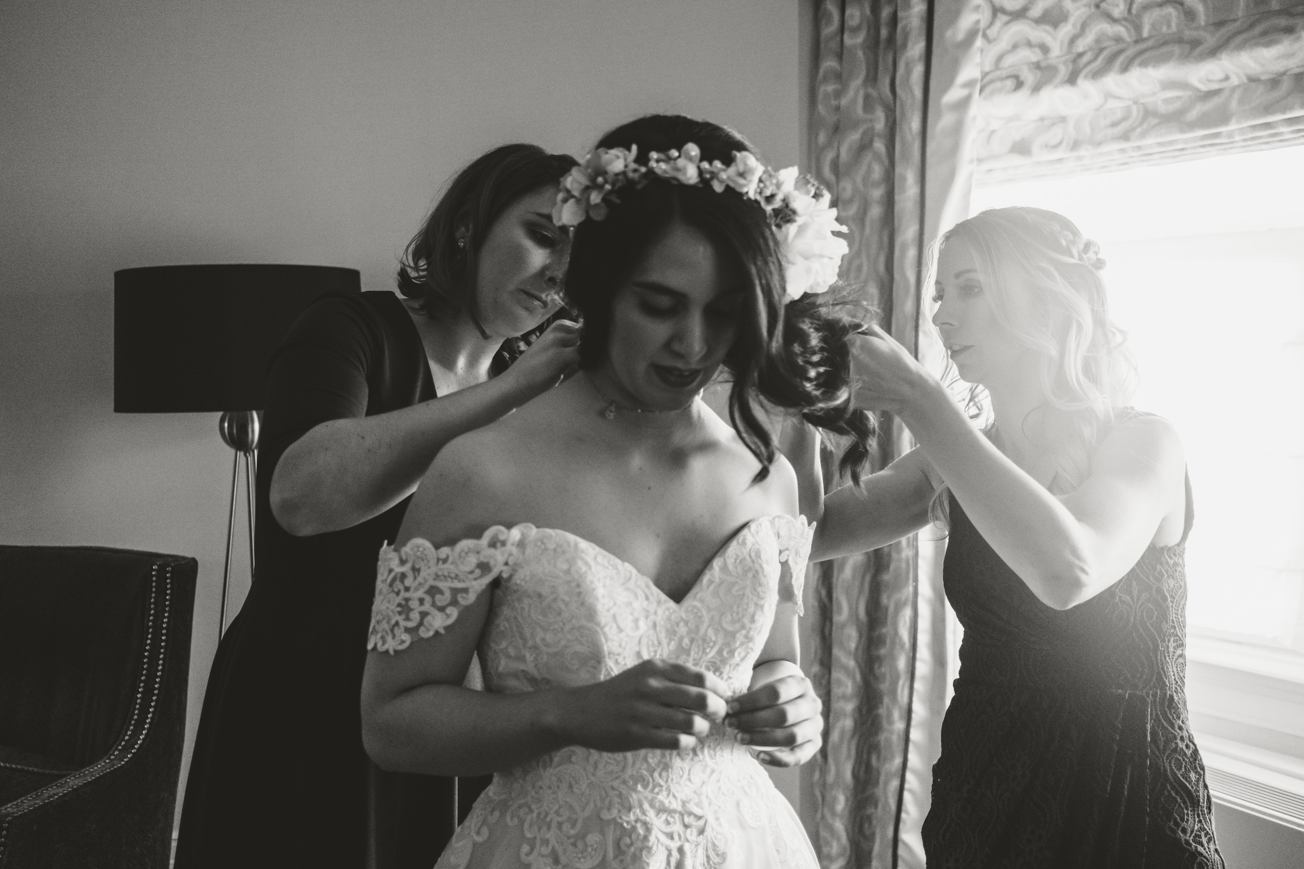Bride getting ready at the Château Laurier in Ottawa before her wedding ceremony at the Metropolitain Brasserie.