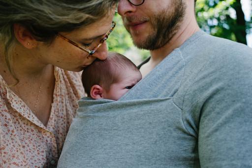 Mother kissing newborn baby's head during newborn photo session in Ottawa Gatineau. Photo by Melanie Mathieu, Ottawa Gatineau family and newborn photographer.