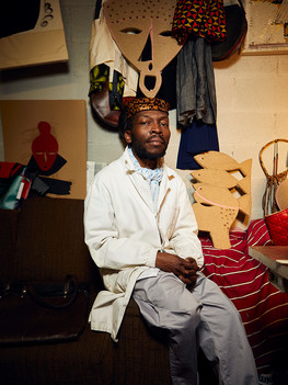 Luloloko Mays, 40 years old, is an artisan originally from the Democratic Republic of Congo; initially a painter who with time grew closer to other artistic realities like fashion and dressmaking. He arrived in Italy in the year 2000 thanks to a scholarship promoted by the Italian Embassy that enabled him to move to Florence and start the Fine Art Academy there. The cultural ambience together with the artisanal mastery present in Florence allowed his artistic talents as a painter to develop and embrace the world of fashion. Luloloko has been living and working in Florence for twenty years now, he feels like an old foreigner that knows the ins and outs of the city. His competences and personal vison in the worlds of art and fashion enabled him to feel integrated.