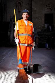 Agostino, street cleaner. Piazza del Duomo, San Gimignano (SI).