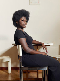 """Evelyne Sarah Afaawua Nkrumah, 31 years old, of Ganese origin, was born in France but moved with her family to Italy as a child. Evelyne, is the pioneer of the """"Natural Hair Movement"""" in Italy, in fact in 2014, after an identity crisis linked to the loss of its origins, it founded the portal Nappy Italia, the first portal in Italian dedicated to the care of curly hair and that will be the end result of his inner search."""