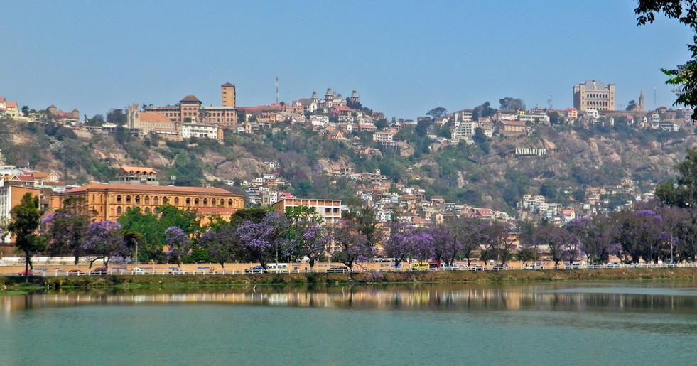 Die École de Demain liegt im Hochland Madagaskars, auf etwa 1200 M.ü.M. (Hauptstadt Antananarivo)