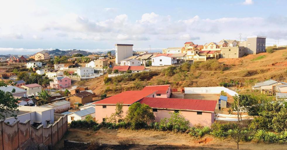 Seit 2020 mit neu gestrichenem Dach und einer Mauer ums Grundstück (weiss)